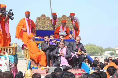 Acharya Swamishree gives darshan to disciples on whose behalf the event was held