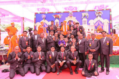 Acharya Swamishree with disciples on whose behalf the event was held