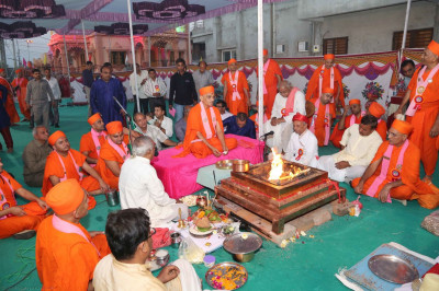 In th evening, Acharya Swamishree performs the havan ceremony