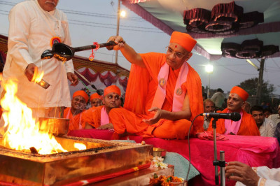 Acharya Swamishree performs the havan ceremony