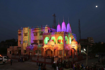 Shree Swaminarayan Mandir Viramgam lit up in the night