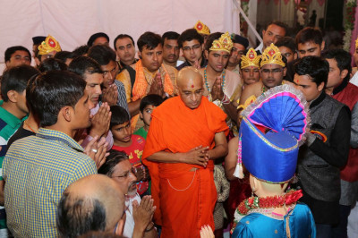 Acharya Swamishree and performers of the evening show pray to Lord Swaminarayan