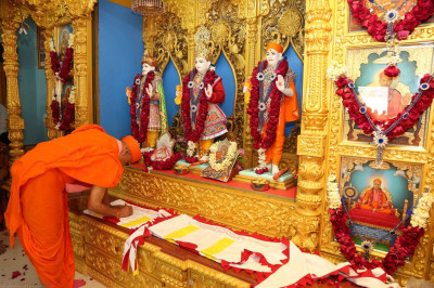Acharya Swamsihree consecrates the new flag of the mandir