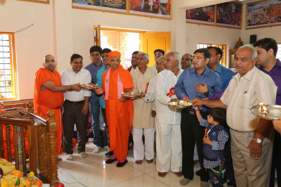 Acharya Swamishree and disciples perform the annakut aarti