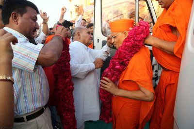 Acharya Swamishree is greeted by disciples