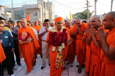 Acharya Swamishree gives His blessings to sants