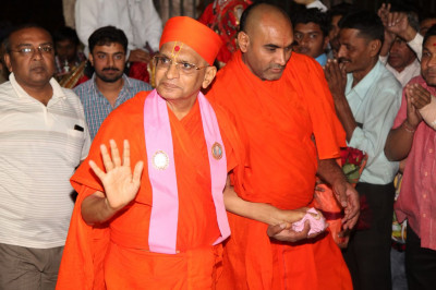 Acharya Swamishree Maharaj showers His divine darshan