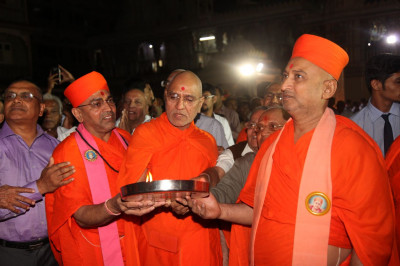 Sadguru sants and disciples performs aarti to Acharya Swamishree Maharaj