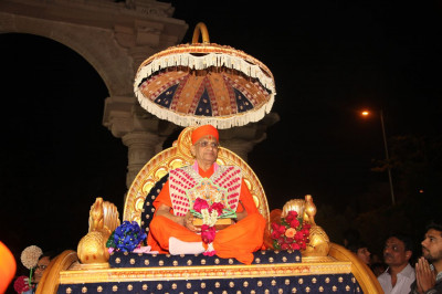 Acharya Swamishree Maharaj showers His darshan to disciples