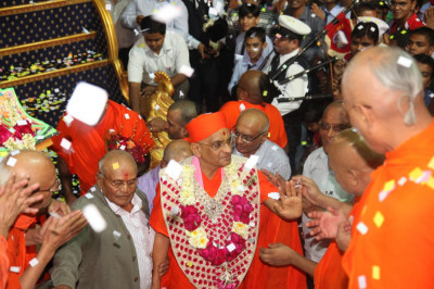 Acharya Swamishree Maharaj gives darshan to sants awaiting on the steps of Maninagar Mandir