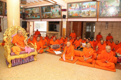 Acharya Swamishree Maharaj gives darshan in the sabha mandap