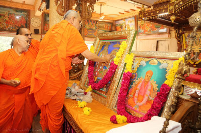 Acharya Swamishree Maharaj performs poojan to Jeevanpran Bapashree