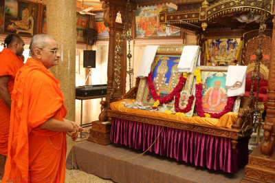 Acharya Swamishree Maharaj gently swings the Murtis