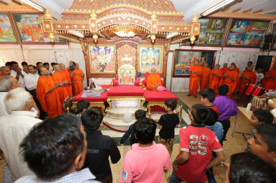 Acharya Swamishree Maharaj, sants, and disciples gathered for the conclusion of the 24hr dhoon