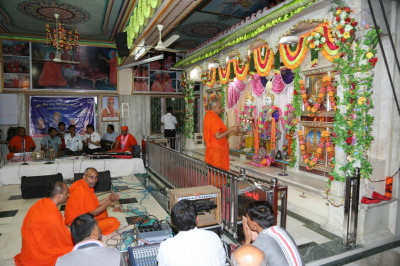 His Divine Holiness Acharya Swamishree performs sandhya aarti