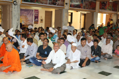 Sants and disciples attend sandhya aarti and daily neeyams