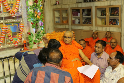 His Divine Holiness Acharya Swamishree blesses disciples who took part in the evening performances