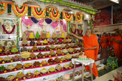 His Divine Holiness Acharya Swamishree offers a piece of cake to Lord Shree Swaminarayanbapa Swamibapa