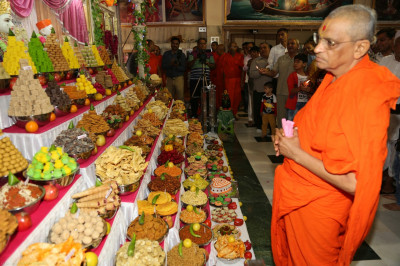 Divine darshan of Acharya Swamishree with the annakut