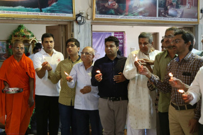 Disciples offer aarti to Lord Shree Swaminarayanbapa Swamibapa