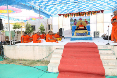Divine darshan of His Divine Holiness Acharya Swamishree and sants seated on the stage