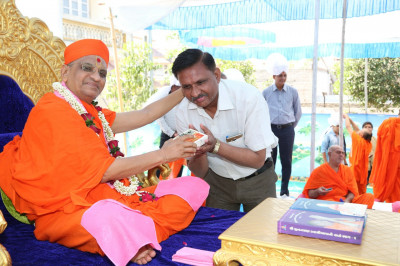His Divine Holiness Acharya Swamishree blesses honoured guests and presents prasad
