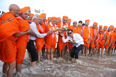 Acharya Swamishree Maharaj performs ceremonial consecration of the sea water