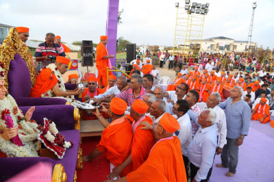 Sants and disciples perform panchamrut snan