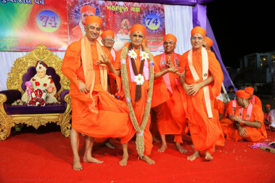 Divine darshan of Acharya Swamishree Maharaj with the garlands