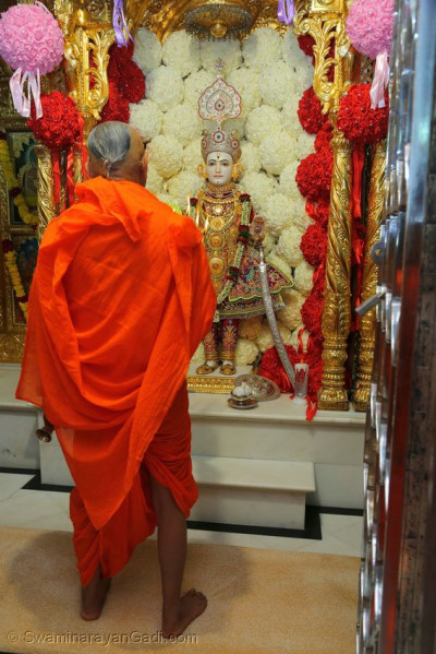 Acharya Swamishree Maharaj performs aarti to Lord Shree Swaminarayan