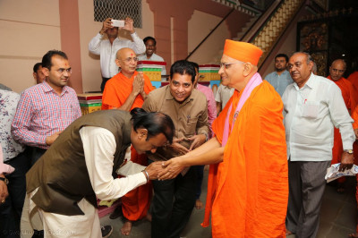 Acharya Swamishree Maharaj gives darahan to the Mayor