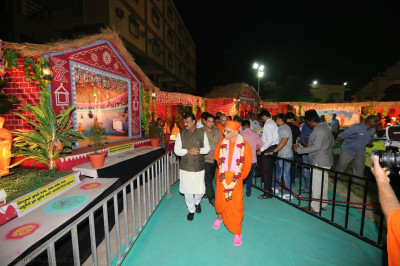 Acharya Swamishree Maharaj and the Mayor view the exhibition in Swamibapa no Sneh Darbar