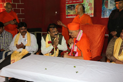 Acharya Swamishree Maharaj and the Mayor in conversation