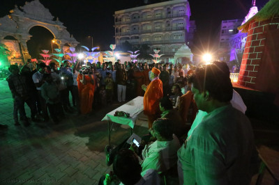 Acharya Swamishree Maharaj gives His ashirwad