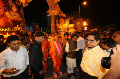 Acharya Swamishree Maharaj and the Mayor at the Mandir gates