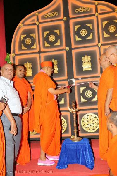 Acharya Swamishree Maharaj opens the gates to Swamibapa no Sneh Darbar