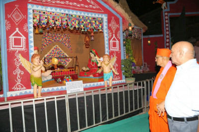 Acharya Swamishree Maharaj views exhibition