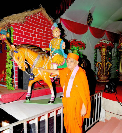 Acharya Swamishree Maharaj gives darshan next to Shree Ghanshyam Maharaj