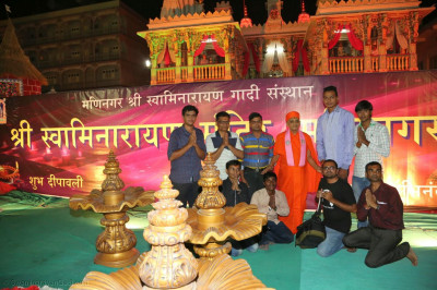 Acharya Swamishree Maharaj gives darshan to some of the helpers