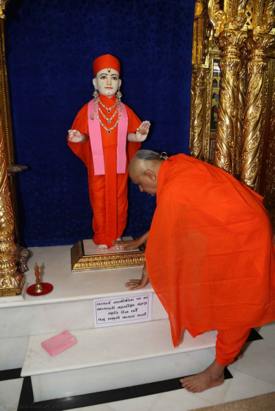 His Divine Holiness Acharya Swamishree performs darshan of the divine lotus feet of Lord Shree Swaminarayan