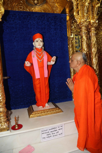 His Divine Holiness Acharya Swamishree performs the darshan of Lord Shree Swaminarayan