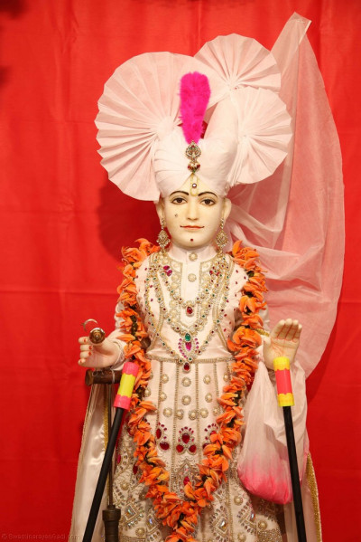 Divine darshan of Lord Shree Swaminarayan adorned in white ready to shower His beloved disciples with colours