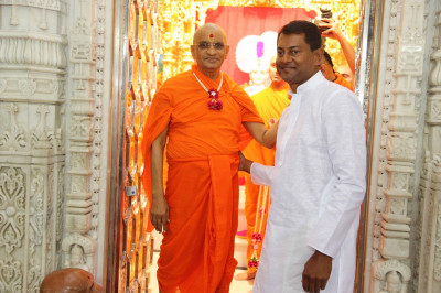 His Divine Holiness Acharya Swamishree blesses the disciples who have sponsored the Fuldolotsav celebrations