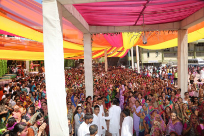 Thousands of disciples gather at Shree Swaminarayan Mandir Maninagar to celebrate Fuldolotsav