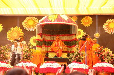 Divine darshan of His Divine Holiness Acharya Swamishree seated at the centre of the magnificent stage