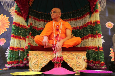 Divine darshan of Acharya Swamishree seated on the magnificent stage
