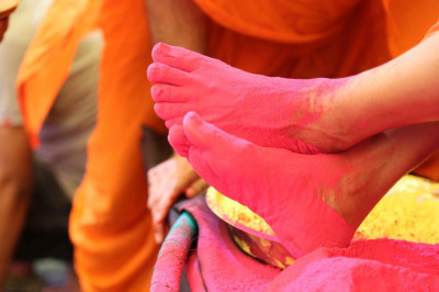 Divine darshan of Acharya Swamishree's divine lotus feet coloured in pink powder