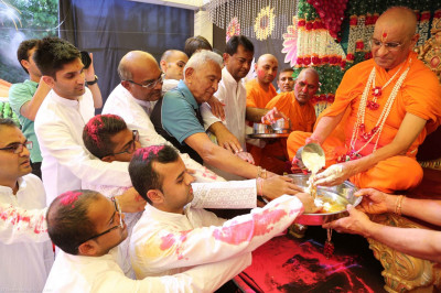 His Divine Holiness Acharya Swamishree bathes Shree Harikrishna Maharaj with the five nectars