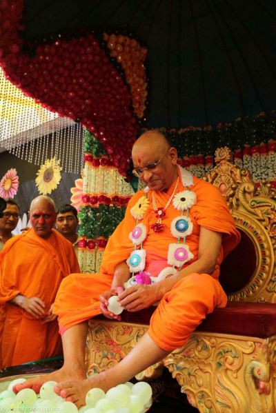 Divine darshan of Acharya Swamishree with the loaded water bombs