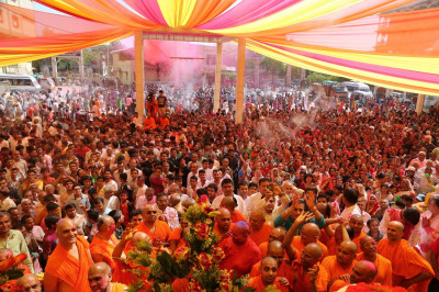Thousands of disciples from around the world gather to celebrate Fuldolotsav at Shree Swaminarayan Mandir Maninagar